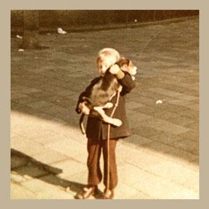 Ellen als klein meisje met een hond in haar armen